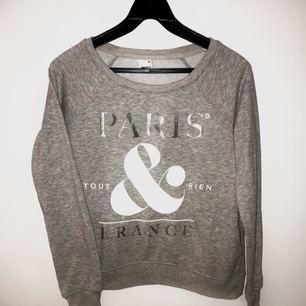 Snygg tröja från Gina Tricot i storlek XS! Använd fåtal gånger och är därför i superfint skick!  Hör av er om ni vill ha fler bilder!  🌸Fraktkostnaden står köparen för🌸