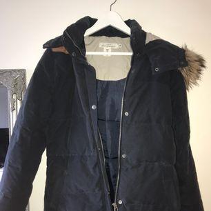 Mörkblå vinterjacka från H&M i stl 38.  Fejkpäls på som är avtagbar, det finns även snören i midjan som man kan spänna om man vill det.  På mig går den precis under rumpan och jag är ca 168 🌟