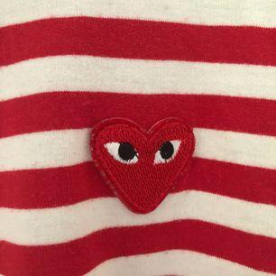 Fejk comme des garcons tröja som köptes här på plick. Jättemysig och mjuk, men säkjer pga lite användning. Storleken står inte i tröjan men sitter som en medium. Tar swish och köparen står för frakt☀️☺️