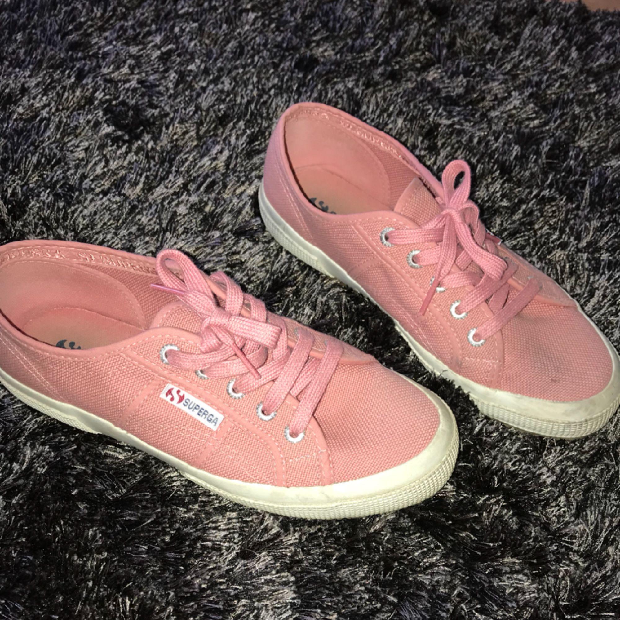 """ett par """"smutsrosa"""" sneakers från märker superga. Knappt använda, ca 3 gånger. De är i storlek 38 . Skor."""