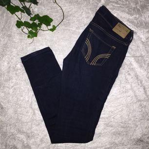 Snygga jeans från Hollister (äkta) i snygg mörkblå färg! Använda fåtal gånger och är behållna i nyskick!  Ingen frakt tillkommer🌸