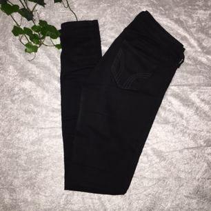 Snygga svarta jeans från Hollister (äkta) i sparsamt skick! Storlek W25 L31. 🌸Fraktkostnaden står köparen för🌸