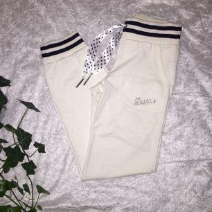 Eleganta vita mjukisbyxor från Datch i nyskick!  Storlek: M (9/10) motsvarar XXS o XS! Två fickor på vardera sida framtill, inga i bak.  🌸Köparen står för fraktkostnad🌸