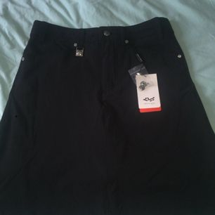 Golf kjol men kan användas i vanligt bruk också Aldrig använd och lappen kvar väldigt fin och välsittandes.