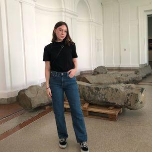 Mörkblå Voyage Sandard jeans från Weekday, använda fåtal gånger