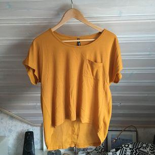 En härlig t-shirt i riktiga höst färger!  Använd men fortfarande i bra skick! Köparen står för frakten🌹