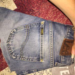 Säljer dessa vintage äkta Lee shorts passar xs/s Widden är w27
