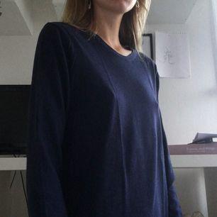 Snygg och skön tjockare marinblå tröja från GAP. Bra skick och längre i modellen. Kan möta upp i Kristianstad eller Lund, annars står köparen för frakt (40kr)
