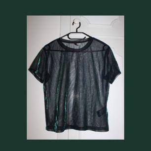 Oversized t-shirt i mesh-material med lite blått och grönt i sig från H&M! Storleken är XS men skulle säga att den passar allt från XS till M-L beroende på passform. Använd någon enstaka gång. Bjuder på frakten ⚡️