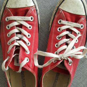 Välanvända converse i rött, äkta vara. Hela på utsidan men trasig hälkappa innuti därav priset. Se bild 2.