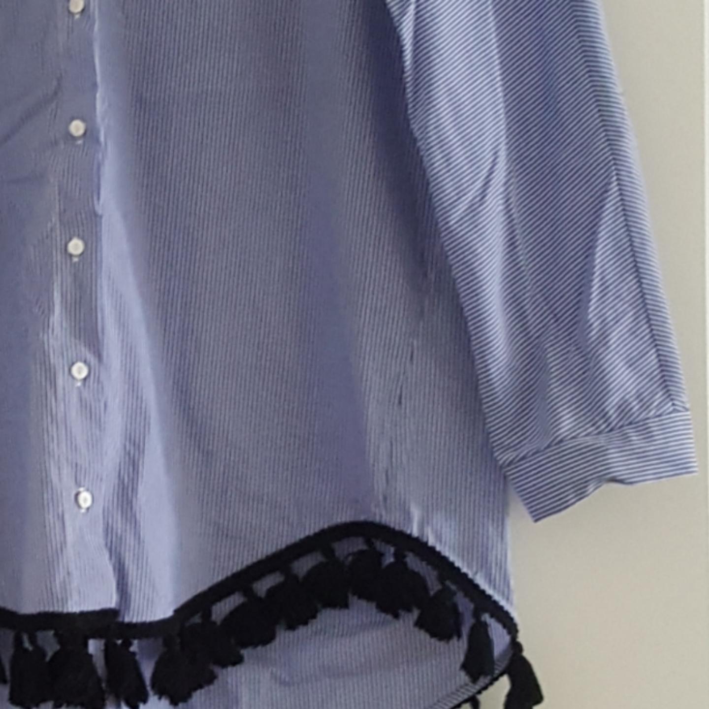 Skjorta med tofsar, knappt använd. Blå/vit randig.. Skjortor.