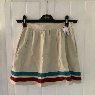En gräddvit kjol!  En vacker lite