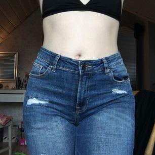 Ett par håliga jeans som tyvärr är lite för små för mig :(( Sparsamt använda!  Köparen står för frakten🌹