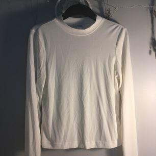 Vit tröja från Monki. Väldigt enkel och snygg. Materialet är mjuuukt☁️ frakten ingår i priset!