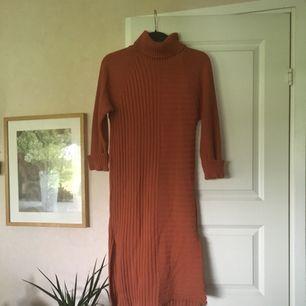 Mysig stickad höstklänning. Färgen syns tydligare i sista bilden 🍎 Frakten ingår i priset 🍄