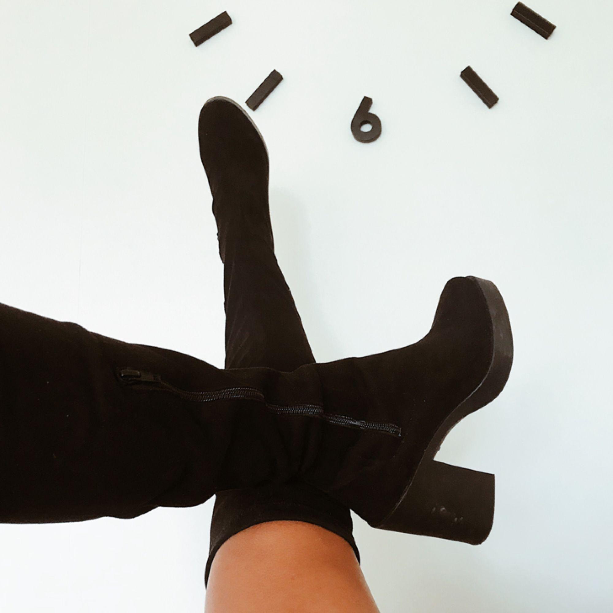 cddba1c143f Suede/ mocka over knee boots, i svart färg och block heel.