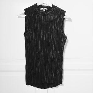 Ribbat svart Linne från HM i storlek s. Aldrig använt.  Material:100%polyester