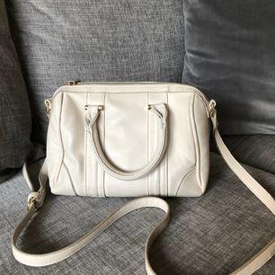 Rymlig Beige väska från Forever 21. Små slitningar på vissa ställen (se sista bild). Längd ca 25cm, höjd ca 17cm, bredd ca 12cm.