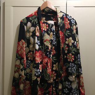 Zara kostym med breda byxor. Använde en gång i en fest. Köpte hela för 1000kr, tror inte jag har någon användning av den så om du är intresserad, hit Me up vi kan diskutera pris
