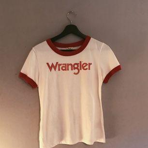 en fin wrangler t-shirt i storlek s men lite i storleken så mer som en xs. kan frakta men då står köparen för frakten🤙🏼