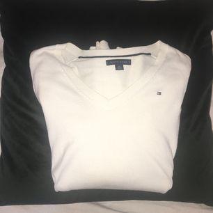 Vit långärmad tröja från Tommy Hilfiger. Endast använd ett fåtal gånger.