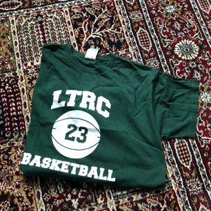 Står storlek M men skulle nog säga mer L  Grön tshirt från beyondretro  Köparen står för frakten ✨✨