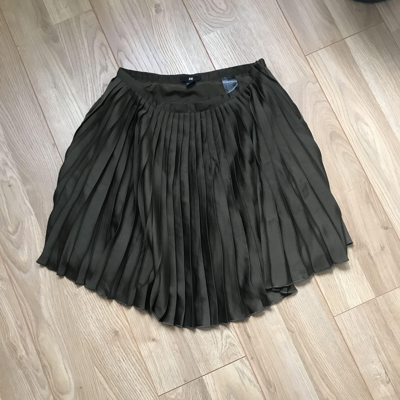 Plisserad mörkgrön kjol från hm. Strl S. Fint skick och frakt tillkommer.. Kjolar.
