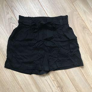 Ett par högmidjade shorts från Cubus. Aldrig använda lite skrynkliga men fint skick. Frakt tillkommer.