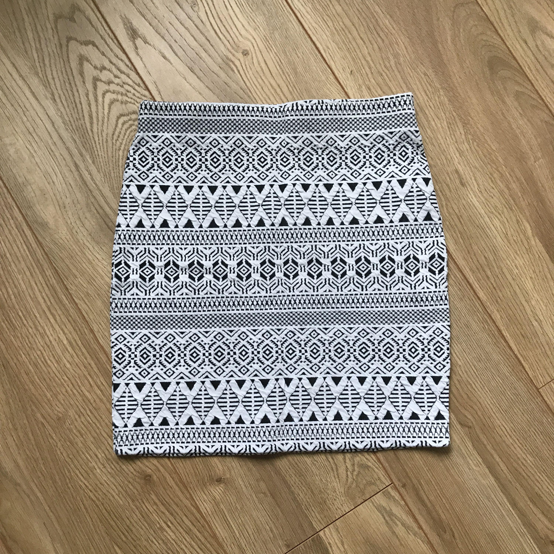 En mönstrad kjol från Cubus är strl 146-152 men passar mig som är XS-S, väldigt töjbar. Har endast testad så är jätte bra skick. Frakt tillkommer.. Kjolar.