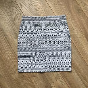 En mönstrad kjol från Cubus är strl 146-152 men passar mig som är XS-S, väldigt töjbar. Har endast testad så är jätte bra skick. Frakt tillkommer.