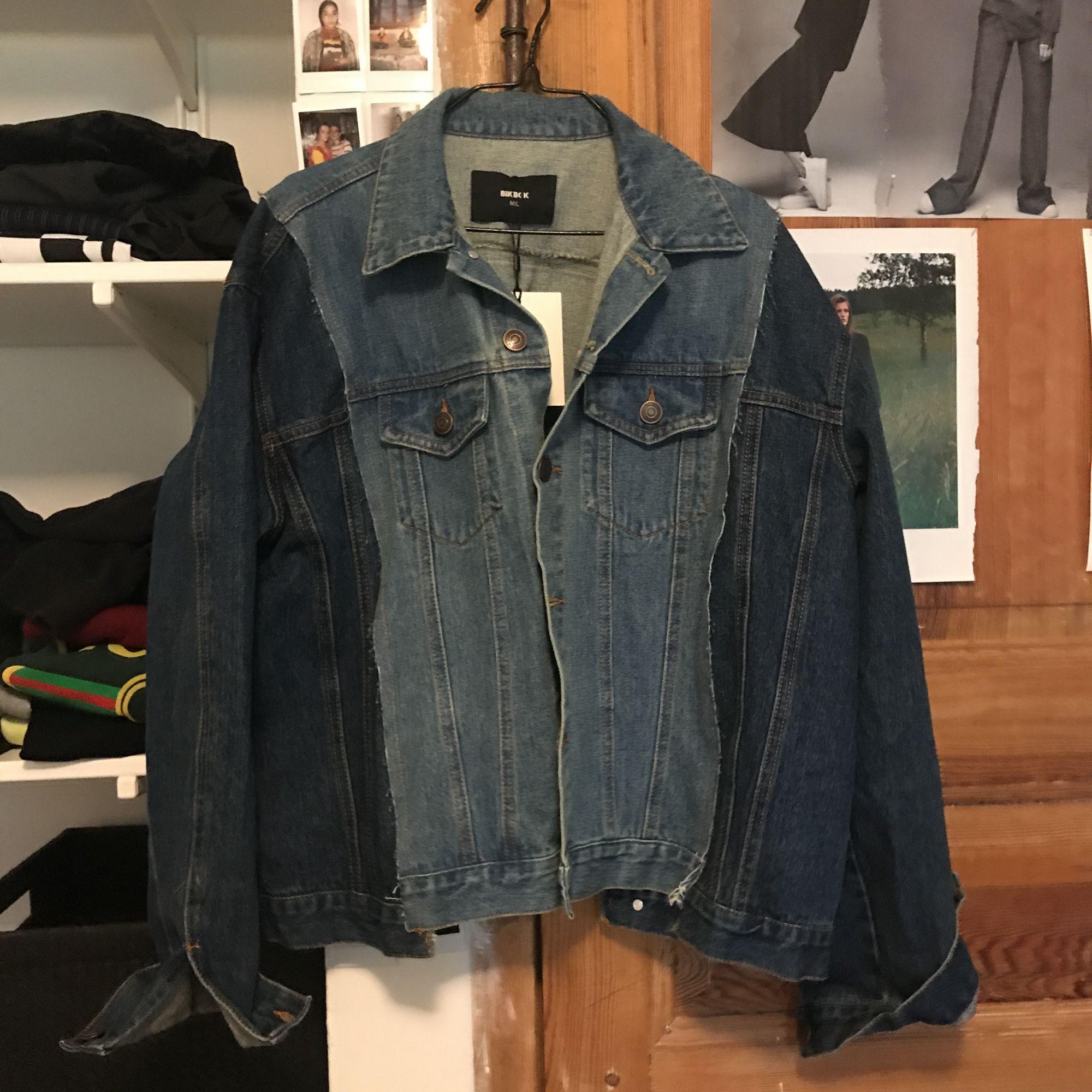 En helt sjukt cool jeans jack men super snygga detaljer. Oanvänd med prislapp på. Nypris 500. Köpare står för eventuell frakt.🌸. Jackor.