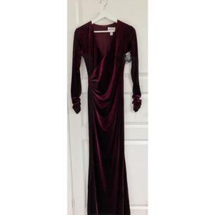 Säljer denna fina vinröda mermaid-långklänning i sammet från Nelly.  Aldrig använd, endast prövad, lapparna sitter kvar. Ordinarie pris 599:-