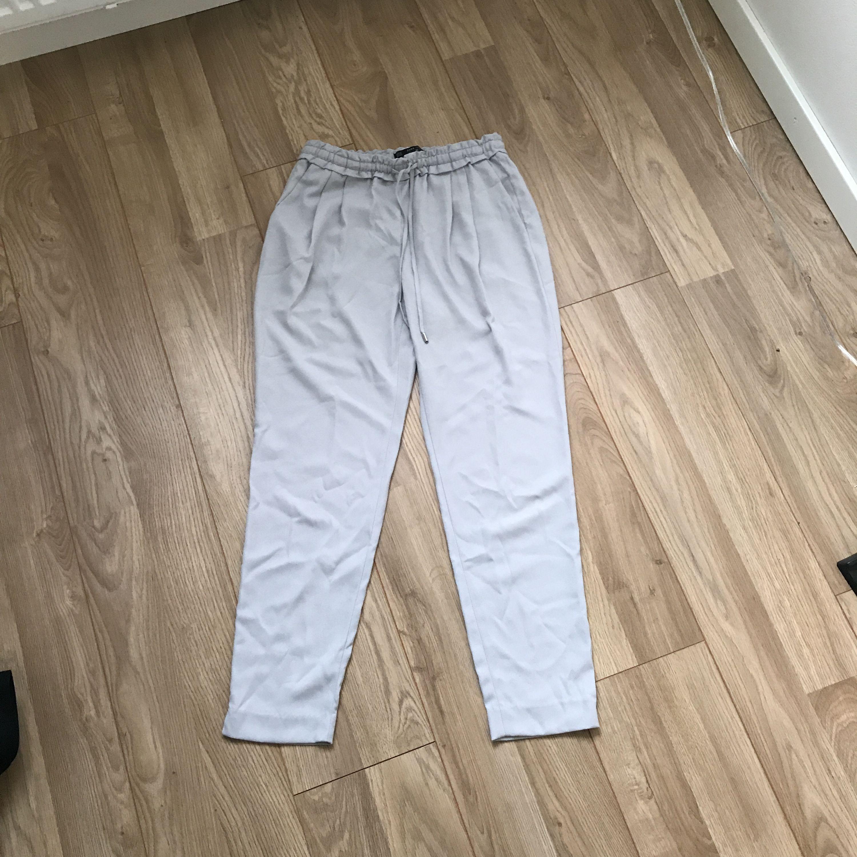 Byxor från Zara med en snygg detalj i midjan. Fint skick. Frakt tillkommer . Jeans & Byxor.