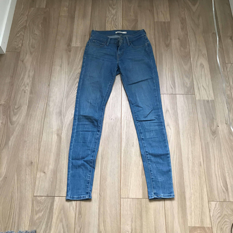 Ett par Levis jeans i jätte fint skick. Väldigt sällan använda tyvärr då det är för små. Men väldigt fina och sköna. Frakt tillkommer.. Jeans & Byxor.