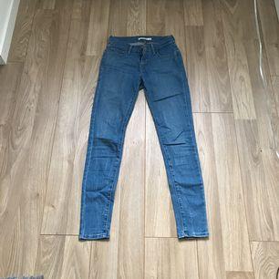 Ett par Levis jeans i jätte fint skick. Väldigt sällan använda tyvärr då det är för små. Men väldigt fina och sköna. Frakt tillkommer.