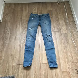Ett par fina jeans med snygga slitningar ifrån Hollister. Fint skick och frakt tillkommer.