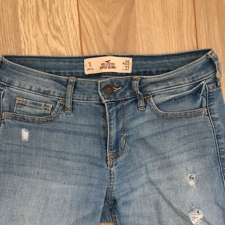 Ett par fina jeans med snygga slitningar ifrån Hollister. Fint skick och frakt tillkommer. . Jeans & Byxor.