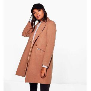 Helt ny kappa från Boohoo, säljes pga att det var fel storlek och är för krångligt att skicka tillbaka den. Superfin modell och passform annars! Nypris 442 kr.