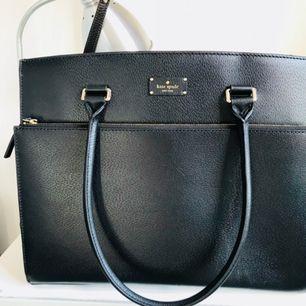 Kate Spade shovel  Hej! Jag säljer den Kate Spade svart läder väska. Underbar skick, inga repor, som ny. Köpt i USA för drygt 2 år sedan men kommit till användning endast 2 gånger.  Kvitto finns😊😊