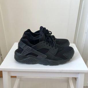 Säljer mina äkta Nike huarache då de inte passade min fot så bra! :-(  Är själv en storlek 38 egentligen men fick gå upp till 40 för de är så små i storlekarna.. så de kan passa de med strl 38-39  Kan mötas upp i Sthlm eller skicka!