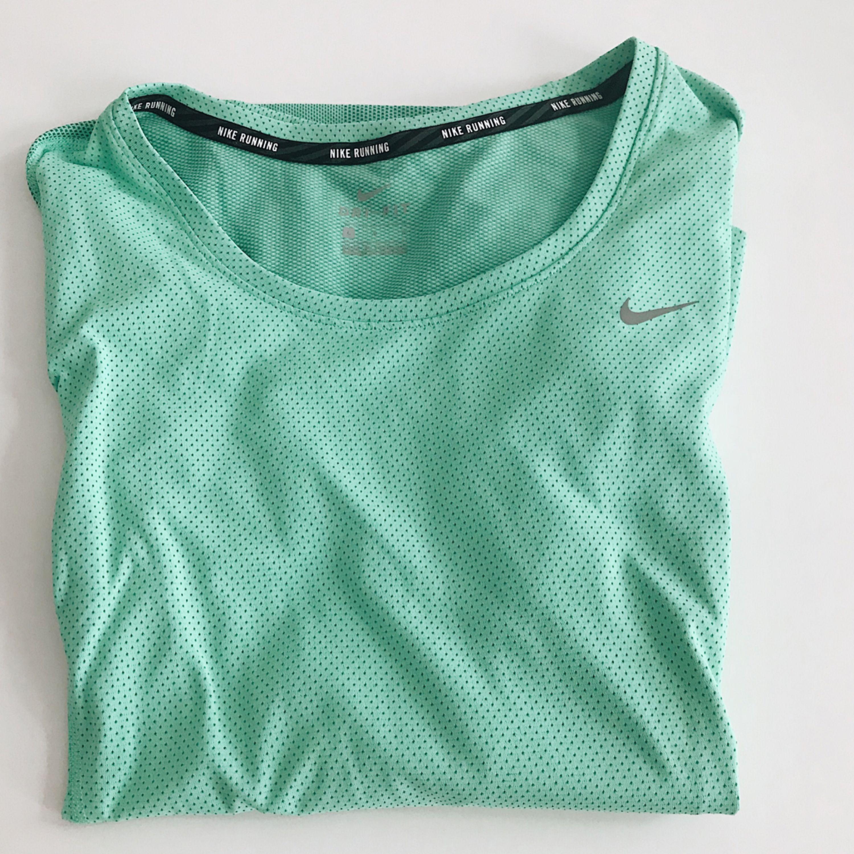 Långärmad löpartröja från Nike, använd max 3 ggr. Fint skick! . Huvtröjor & Träningströjor.