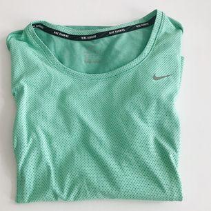 Långärmad löpartröja från Nike, använd max 3 ggr. Fint skick!