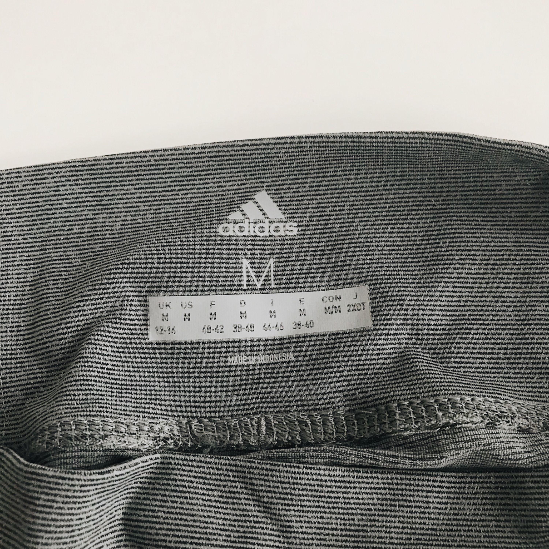 Träningstights från adidas i suuperskönt material! Använda ett fåtal gånger. Jeans & Byxor.