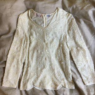 Glammig paljett- och pärltopp, 100 % silke. Vintage. Superfint skick! Möts upp i Uppsala. Köparen står för frakt.