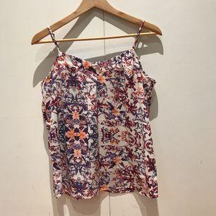 Blommigt linne från Jacqueline de Yong, Nelly. Mycket sparsamt använd då den är för lite stor för mig. Men väldigt fin!