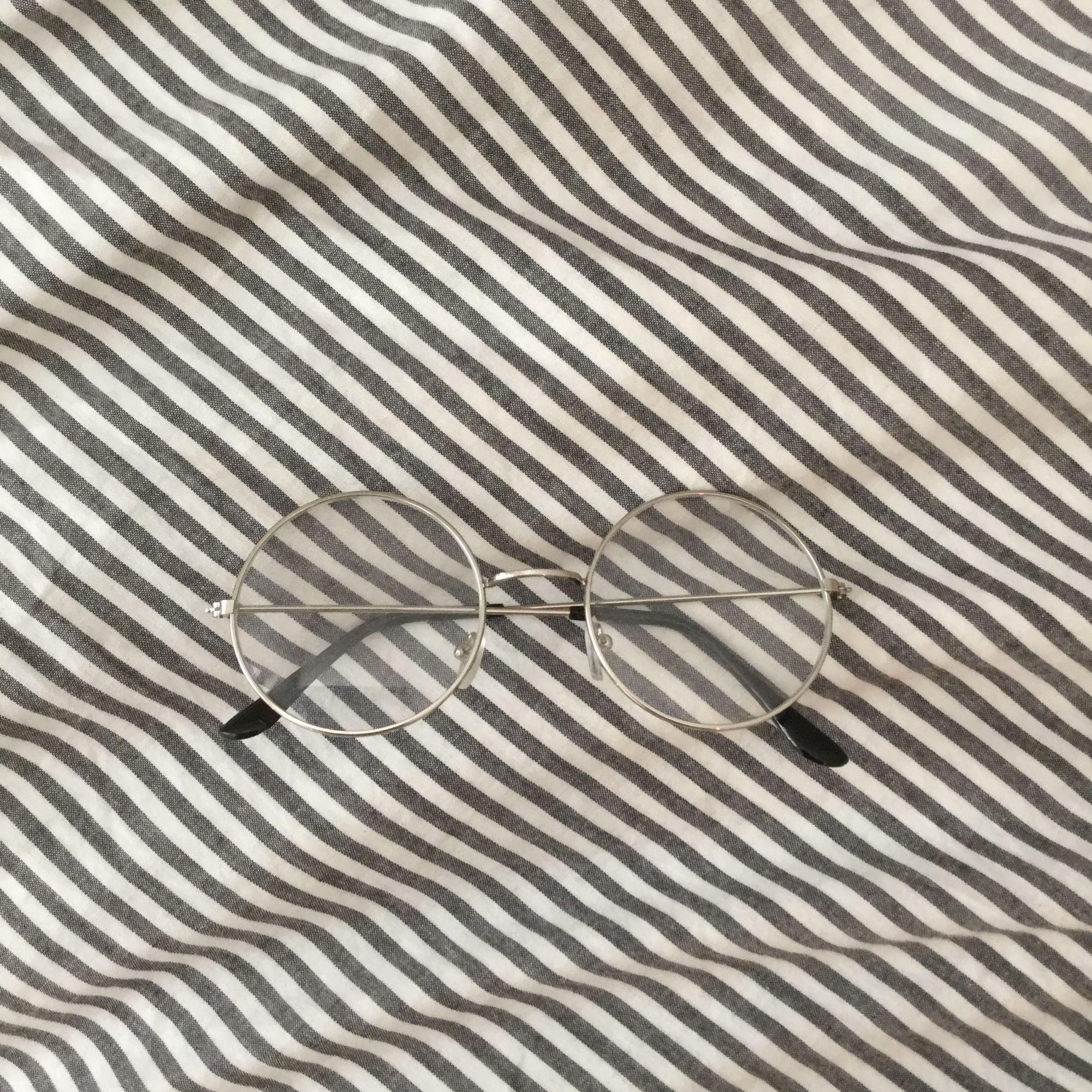 Säljer ett par runda, urrrsnygga glasögon då de aldrig kommit till användning ;(💞. Accessoarer.