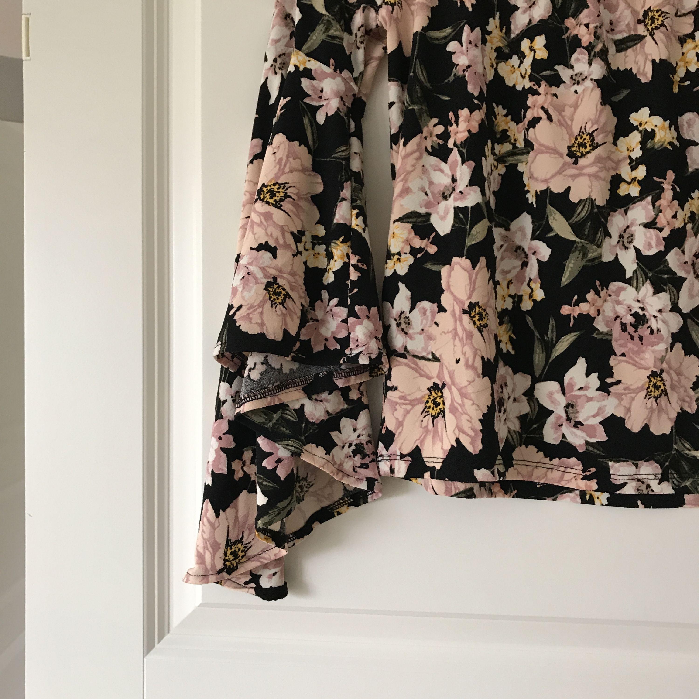 Off shoulder topp med blom mönster från Ginatricot. Strl S. Frakt tillkommer . Toppar.