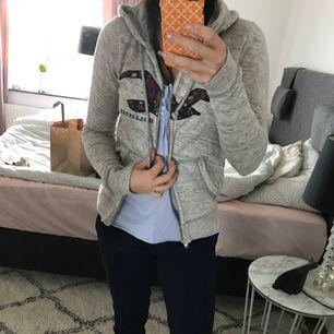 En hollister hoodie köpt på hollister (emporia) Storlek S kan passa XS också Kan skicka mot frakt :)