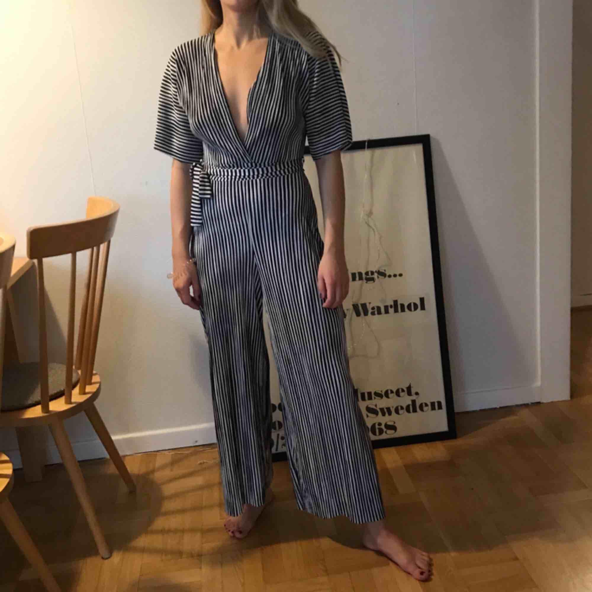 Randig byxdress i tunt skönt material som säljs pga för mycket kläder haha. Obs, ej genomskinlig! 🦓🦓. Klänningar.