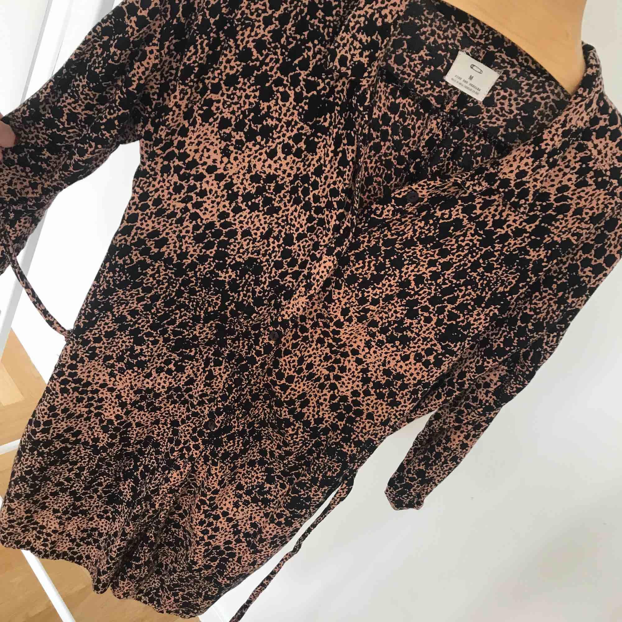 Mönstrad skjortklänning från Urban Outfitters! Skön i materialet 🌟 dolda fickor i sidorna och knytband i midjan . Klänningar.